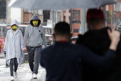 Una pareja es vista mientras camina hoy sábado en Bogotá (Colombia). EFE/ Mauricio Dueñas Castañeda /Archivo