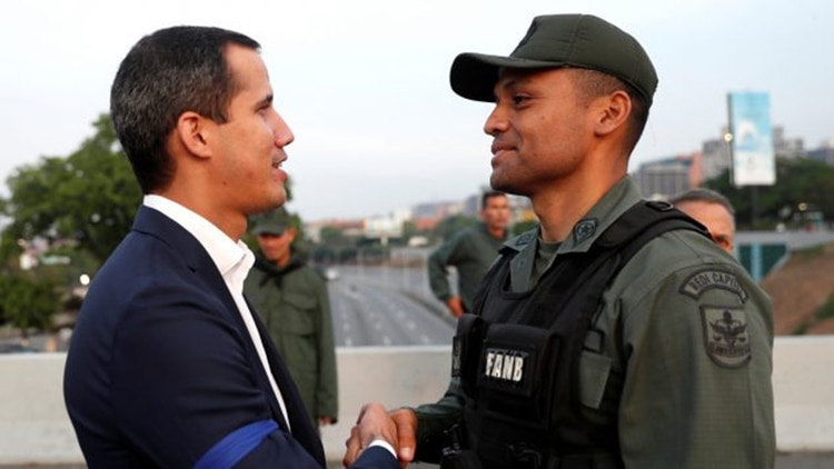 El comandante Ilich Sanchez saluda a Juan Guaidó, presidente encargado de Venezuela
