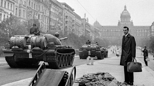 Imagen de los tanques en Praga. El período de liberalización fue encabezad0 por Alexander Dubcek, un líder político reformista.