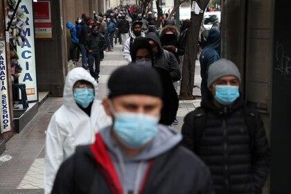 Un grupo de personas hace fila afuera de la oficina del fondo de desempleo en medio del brote de coronavirus en Santiago, Chile, el 8 de junio de 2020. REUTERS/Ivan Alvarado