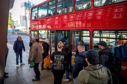 Pasajeros abordan un típico autobús de Londres. Muy pocos llevan alguna protección.