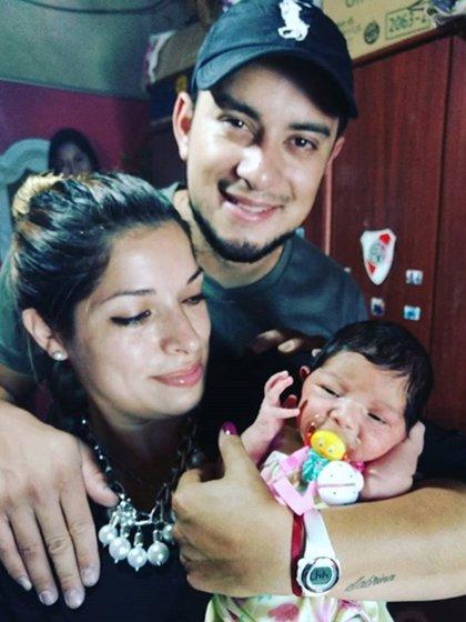 Érica Johana con su marido y Emma, su hija menor (Instagram)