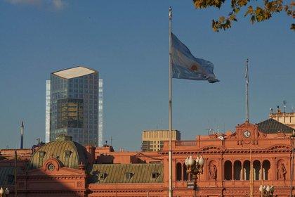 La Casa Rosada con el edificio Repsol YPF de fondo. La torre de la compañía petrolera diseñada por Cesar Pelli e inaugurada en 2008 de 44 pisos, es uno de los edificios más altos de Buenos Aires (Shutterstock)