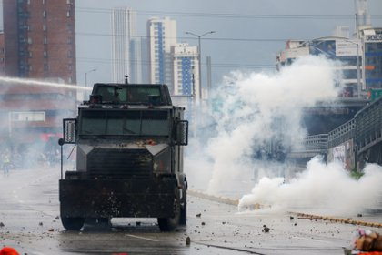 A riot police vehicle uses a water cannon to disperse demonstrators during a protest in Bogota, Colombia, November 21, 2019. REUTERS/Luisa Gonzalez