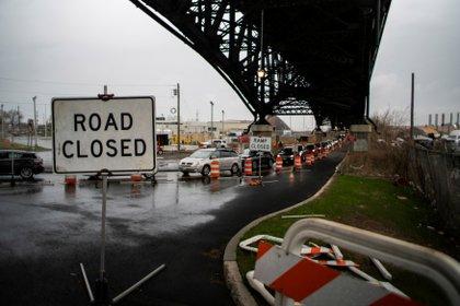 Trabajos en una bajada de la autopista en Jersey City. El plan de Biden planea reconstruir 32.000 kilómetros de vías de circulación y 10.000 puentes. REUTERS/Eduardo Munoz