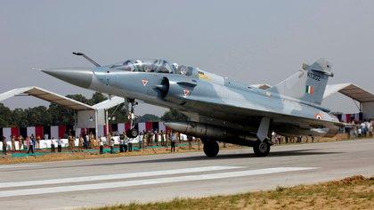 Un cazabombardero Mirage 2000, utilizado por la Fuerza Aérea India para el lanzamiento de bombas nucleares (REUTERS/Pawan Kumar)