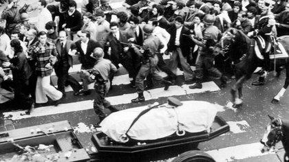El 1 de julio de 1974, el presidente Juan Domingo Perón fallecía. La multitud con pesar y respeto, le rindió una emotiva y conmovedora despedida (Archivo Télam)