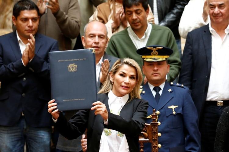 La presidente interina de Bolivia, Jeanine Änez, muetra un folio con la ley de convocatoria a nuevas elecciones aprobada por la Asamblea Nacional.