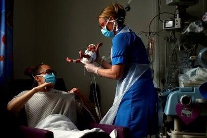 La madre dio a luz a una niña fuerte y saludable con una evaluación subsiguiente del niño sano (REUTERS)