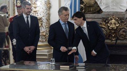 Lacunza en su jura como ministro de Hacienda. A la derecha de Macri, Marcos Peña, su jefe de Gabinete. (Adrián Escandar)