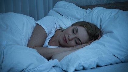 Es fundamental tener un buen descanso de al menos 7 u 8 horas para lograr el bienestar (Shutterstock)
