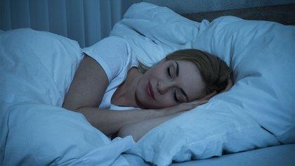 Tratar de dormir al menos 8 horas es clave para evitar la astenia otoñal (Shutterstock)