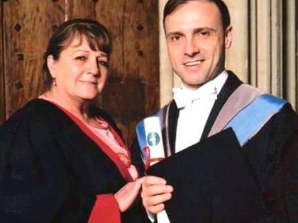 Esteban, en Oxford, junto a su madre Ester