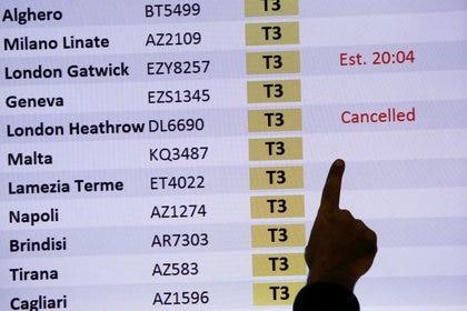 Muchos países han anunciado que suspenderán todos los vuelos desde Reino Unido para evitar la propagación del coronavirus (REUTERS / Remo Casilli).