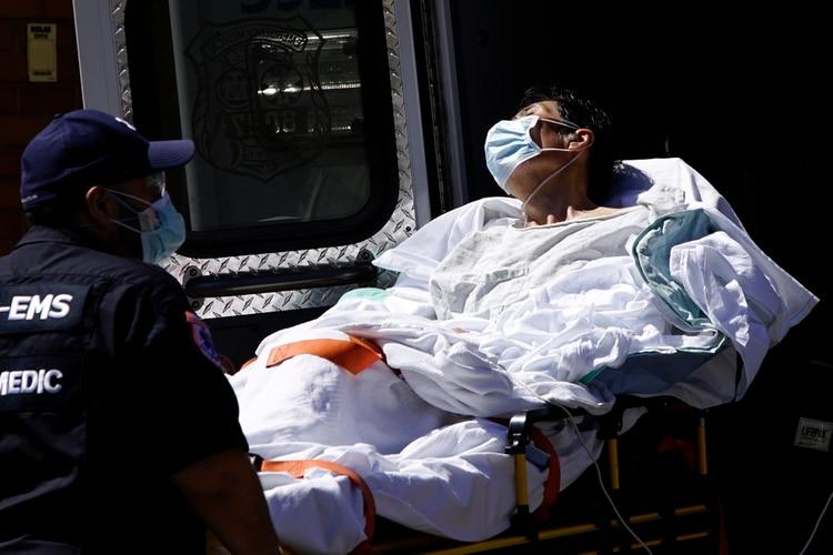 Una paciente es bajada de una ambulancia en Queens (Reuters)