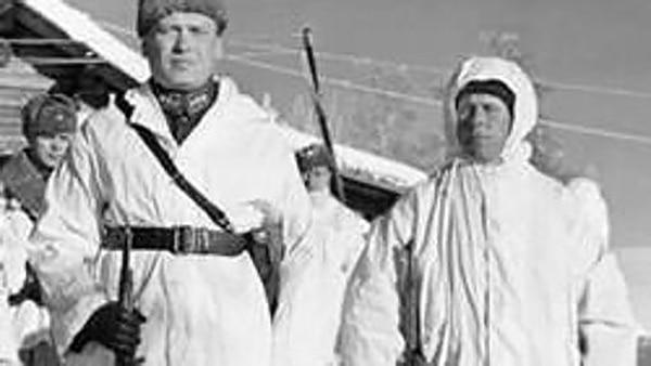 Un coronel y Simo Häyhä, durante la llamada Guerra de Invierno entre Finlandia y la Unión Soviética