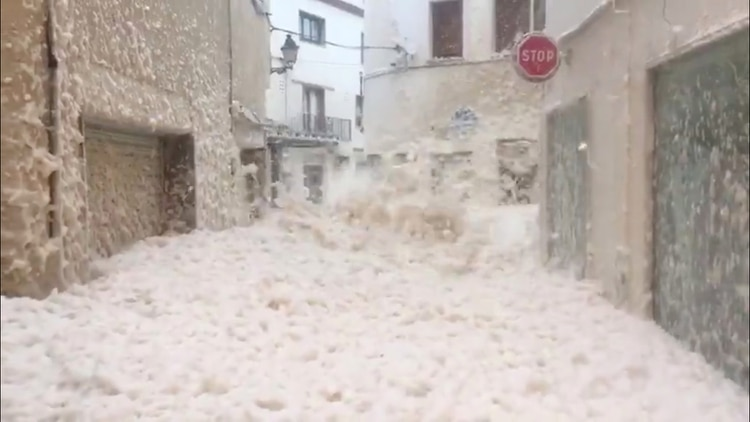 Olas gigantes en Tossa De Mar, Cataluña, (Silvia Ragolta Soms via REUTERS)