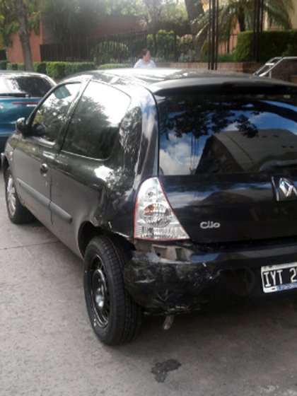 El auto Renault Clio que fue chocado por el cantante (@julianamado)