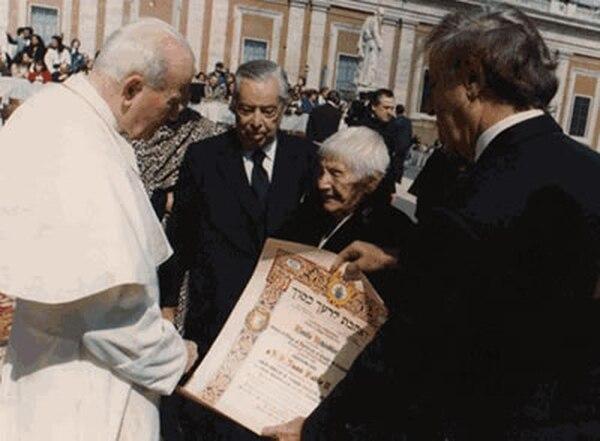 Juan Pablo II con Emilie Schindler en San Pedro. Era el 22 de marzo de 1995