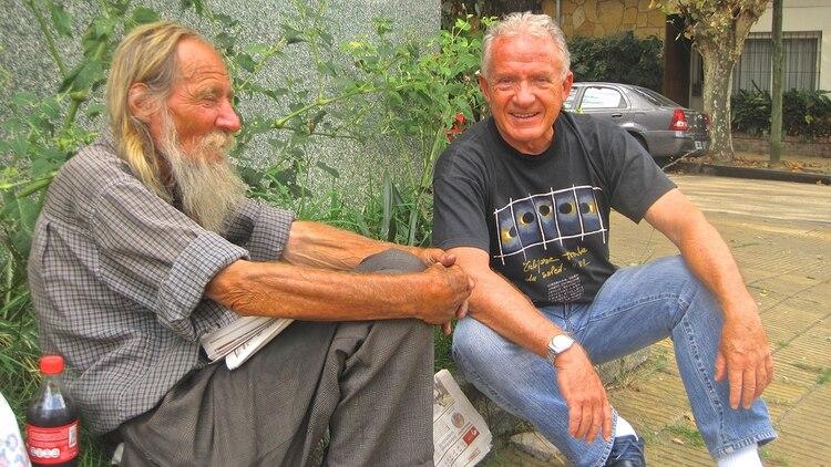 Vicente junto a Julio Lagos, también vecino del barrio