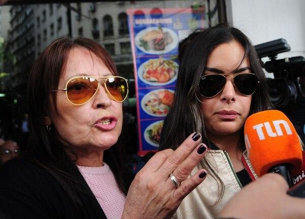 Larissa Riquelme y Marta Zabala, madre del futbolista. (Maximiliano Luna)