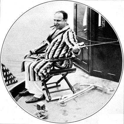 Al Capone pescando desde un yacht durante unas vacaciones en 1931 (Shutterstock)