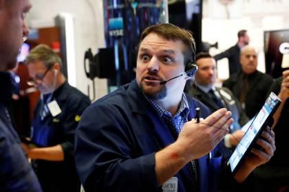 Operadores bursátiles trabajan en la Bolsa de Nueva York (NYSE, por sus siglas en inglés), en Estados Unidos. 18 de marzo de 2020. REUTERS/Lucas Jackson.