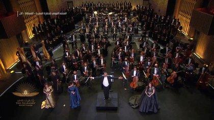 """La música de un grupo de tambores en directo y de la orquesta sinfónica de la Ópera de El Cairo puso la banda sonora al bautizado como """"desfile dorado"""" (Host Broadcaster/REUTERS TV)"""