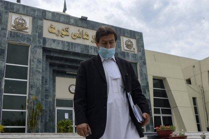 Dalam foto tanggal 20 April 2021 ini, Qamar Nadim Afridi, kuasa hukum yang mewakili Dr. Shakil Afridi, meninggalkan gedung Mahkamah Agung di Peshawar.  (Abdel Majeed / Agen Pers Prancis)