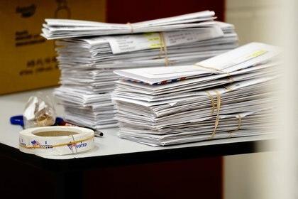 Los votos por correo ganaron relevancia en medio de la pandemia de coronavirus covid-19 y demoran el conteo, como en el caso de estas boletas electorales que ayer esperaban para ser contadas en una escuela de Racine, Wisconsin. REUTERS/Bing Guan