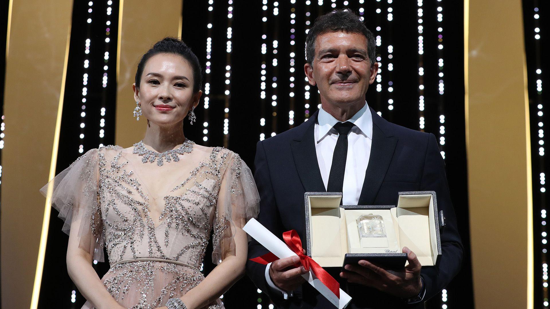 Antonio Banderas junto a la actriz china Zhang Ziyi (Photo by Valery HACHE / AFP)