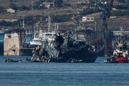 El operativo para remolcar la nave dañada (Reuters)