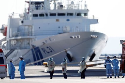 Foto del martes de personal médico trabajando cerca del crucero Diamond Princess, en el que decenas de pasajeros dieron positivo de coronavirus, en el puerto de Yokohama, en Japón.  Feb 11, 2020. REUTERS/Issei Kato