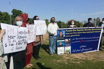 """Manifestantes repudian los dichos de Imran Khan y sostienen un cartel con la leyenda """"castiguen a los violadores, no a las víctimas"""" (REUTERS/Salahuddin)"""