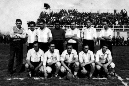 La Selección Balcarceña donde Fangio fue titular entre 1934 y 1938. Su camiseta era albiceleste. Aparece en la fila de abajo y es el segundo de la izquierda. Se nota un buen marco de público (Museo Fangio).