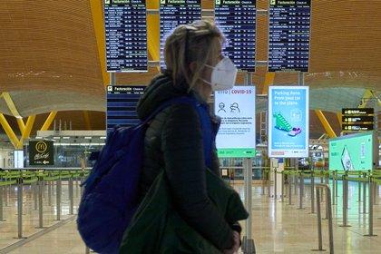 A woman walks through terminal T4 of the Adolfo Suárez Madrid-Barajas Airport (Jesús Hellín - Europa Press)