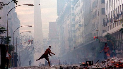 La icónica foto del reportero gráfico Enrique García Medina, insignia de las manifestaciones por la crisis de 2001. Se registraron alrededor de 39 muertes en las represiones de las protestas