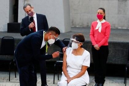 Maria Irene Ramirez recibe la primera dosis de la vacuna Pfizer/BioNtech contra el COVID-19 (Foto: REUTERS/Edgard Garrido)