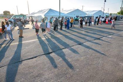 Personas hacen fila para recibir la vacuna de la covid-19 en el condado Miami-Dade. EFE / CRISTOBAL HERRERA-ULASHKEVICH