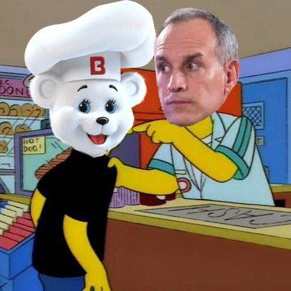 """El Dr. Hugo López-Gatell, subsecretario de Prevención y Promoción de la Salud, en un meme de una escena de Los Simpson: """"¡No te pases de listo conmigo, muchacho!"""", dice el vendedor (Foto: Twitter)"""