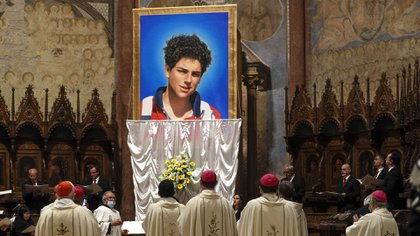 La imagen de Carlo Acutis que fue descubierta el día de su beatificación en Asís (AP Photo/Gregorio Borgia)