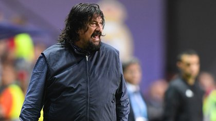 Atletico Madrid's Argentinian assistant coach German Burgos reacts during the UEFA Super Cup football match between Real Madrid and Atletico Madrid at the Lillekula Stadium in the Estonian capital Tallinn on August 15, 2018. / AFP PHOTO / Janek SKARZYNSKI