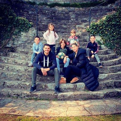 Wanda junto a Mauro Icardi y sus cinco hijos