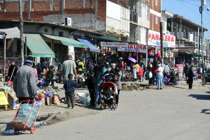 Sábado ajetreado y concurrido en el mercado del Barrio Olimpo en Lomas de Zamora, pese a las restricciones que aún rigen por la pandemia