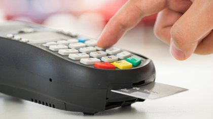 """""""Financiar consumo corriente con crédito, apelar luego al pago mínimo y más adelante a préstamos de financieras a tasas usureras puede dejarnos en la calle"""", asegura el autor (Shutterstock)"""