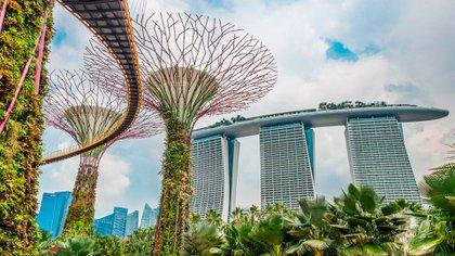 """Singapur desciende hasta el cuarto lugar y se coloca con un WCOL de 102. """"Los precios en Singapur cayeron cuando la pandemia provocó un éxodo de trabajadores extranjeros. Con la contracción de la población de la ciudad, la demanda ha disminuido y la deflación ha comenzado"""", explica el informe"""