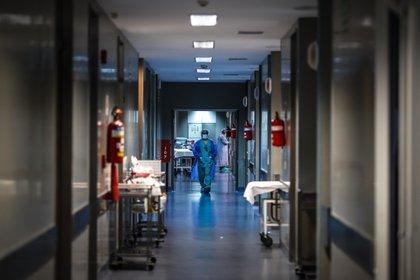 Un enfermero camina por un pasillo del Hospital El Cruce de Florencio Varela en la Provincia de Buenos aires (Argentina). EFE/ Juan Ignacio Roncoroni/Archivo