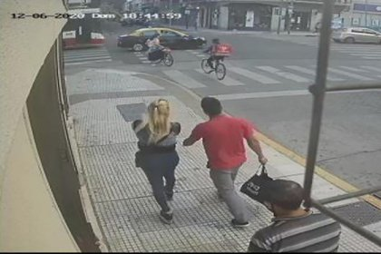 Alejandra y el acusado de estrangularla hasta la muerte, en una cámara de seguridad de la zona.