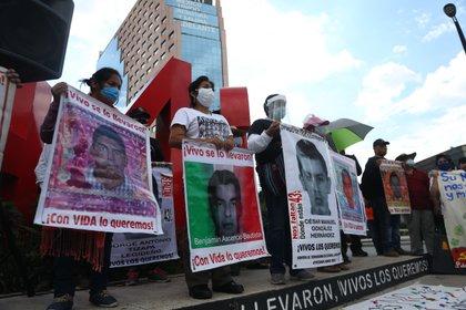 Padres y familiares de los 43 desaparecidos de Ayotzinapa en una marcha en la CDMX en 2018 Foto: EFE/ Sashenka Gutiérrez