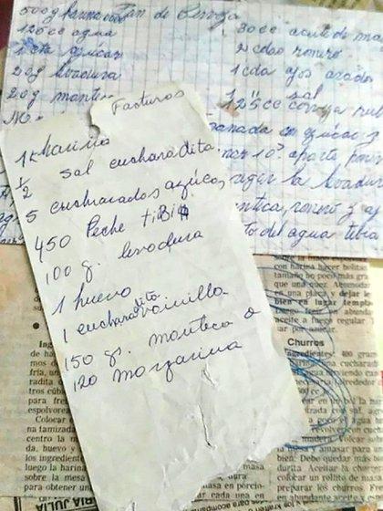 """Viejas hojas de diario, mezcladas con recetas escritas con """"letra de abuela"""""""